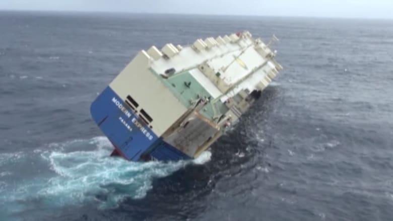 """بالفيديو: فرق الإنقاذ تضع خطة أخيرة لتعديل وضع سفينة """"مودرن اكسبريس"""" المهددة بالغرق"""