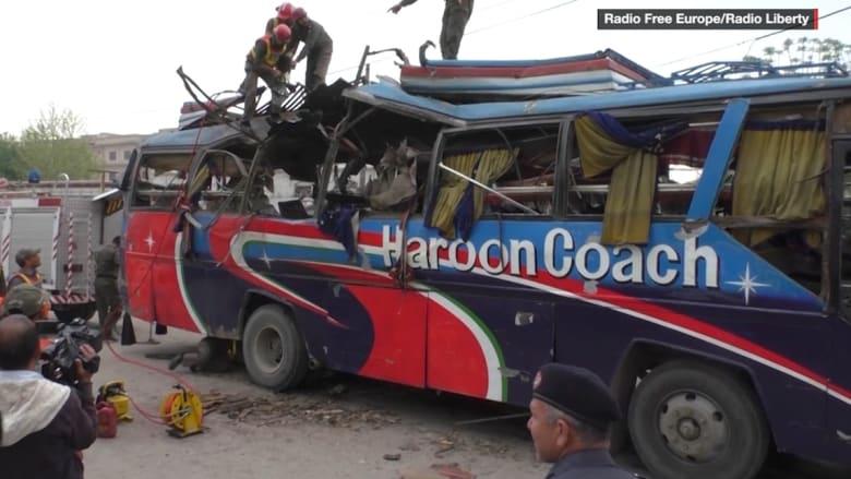 شاهد.. انفجار ضخم بحافلة ركاب يقتل ويصيب أكثر من 35 في بيشاور