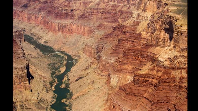 بالصور.. رحلة على طول تعرجات نهر كولورادو المهدد بالجفاف