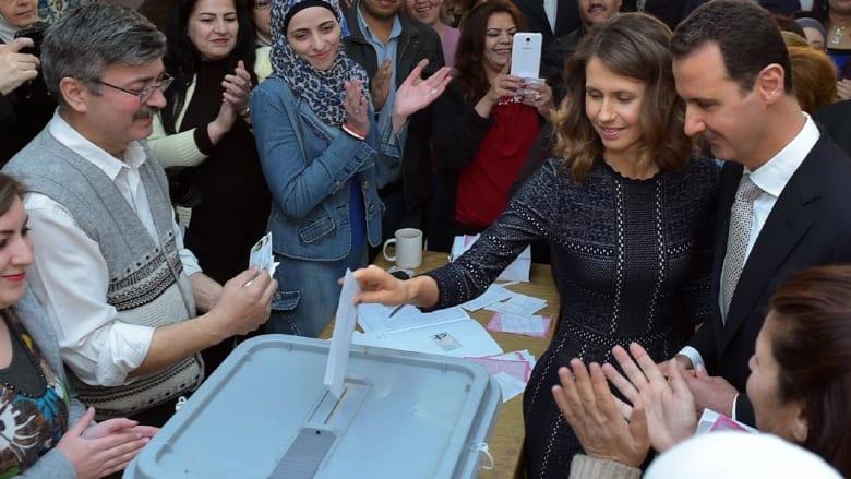 """بالفيديو: الأسد وزوجته يصوتان معا """"للمرة الأولى"""".. والمعارضة: الانتخابات مسرحية لا تستحق المشاهدة"""