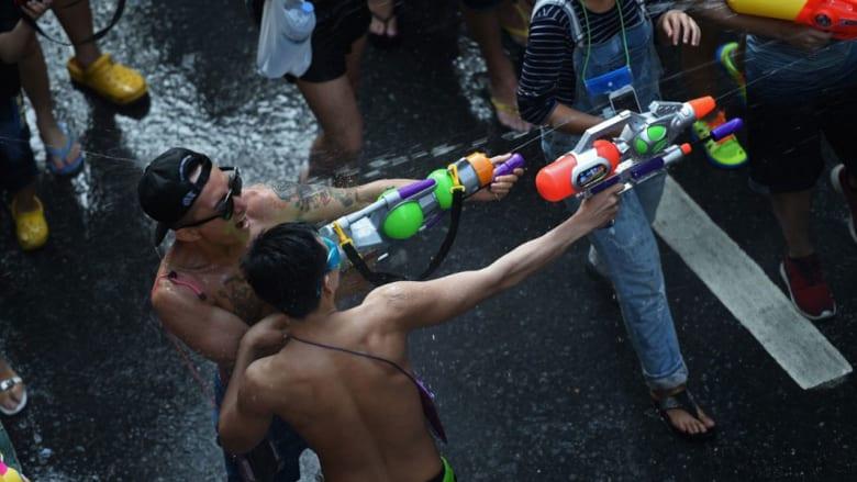 """ملابس سباحة ولهو دون حدود.. بأكبر """"حرب مائية"""" في العالم"""