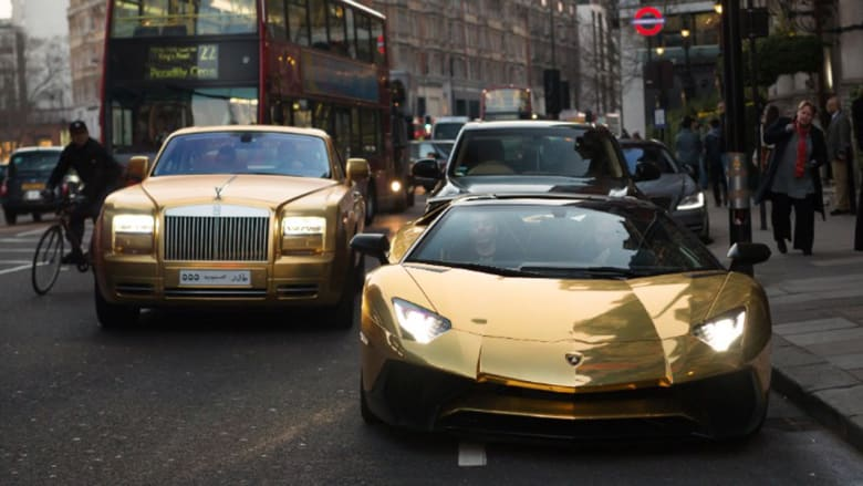 """بالصور: لوحة إحداها عليها """"س ك س"""".. سيارات ذهبية """"سعودية"""" تثير ضجة في العاصمة البريطانية"""