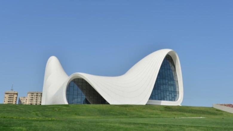 شاهدوا أبرز تصاميم المهندسة العراقية زها حديد في الصور التالية..