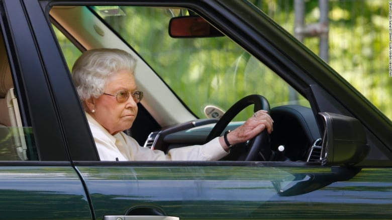 شاهد علاقة الحب التي جمعت الملكة إليزابيث بسيارات لاند روفر لقرابة الـ 70 عاماً