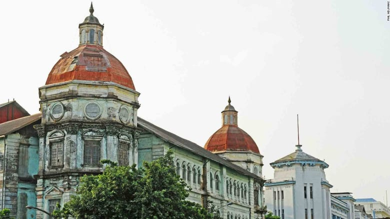 مباني ميانمار المتهالكة.. شاهد هذه الأعمال الهندسية الخلابة قبل زوالها