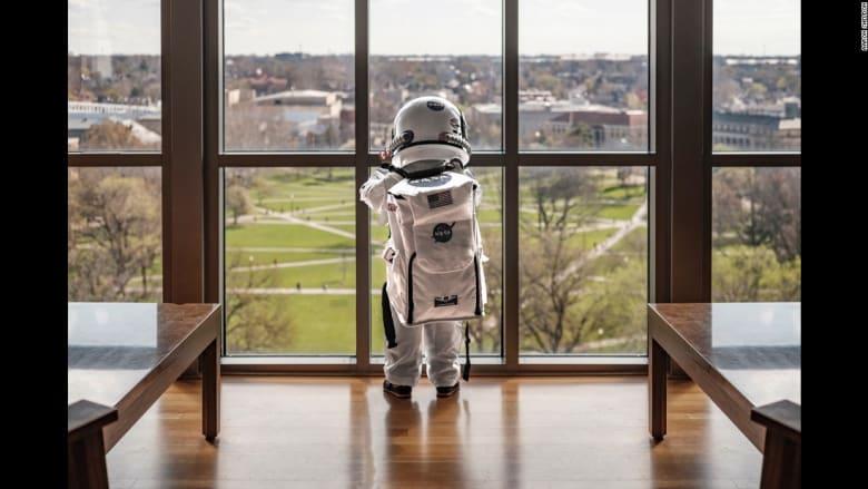 ما هو وجه الشبه بين الأطفال ورواد الفضاء؟