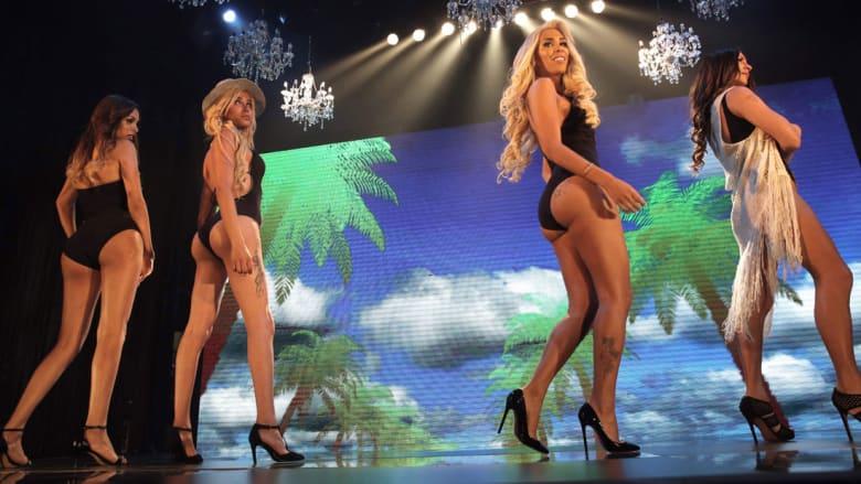 المتنافسات على لقب ملكة جمال المتحولين جنسياً أثناء تواجدهن على خشبة المسرح في تل أبيب