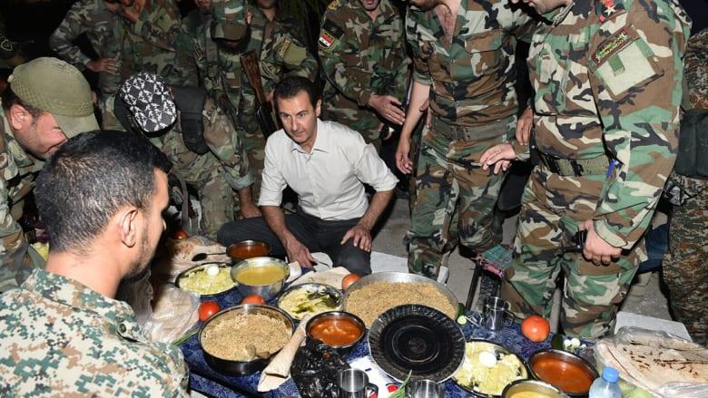 الأسد يتناول الإفطار مع المقاتلين
