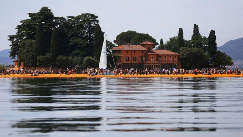 كيف يتمكن الآلاف من السير على سطح الماء في ايطاليا؟