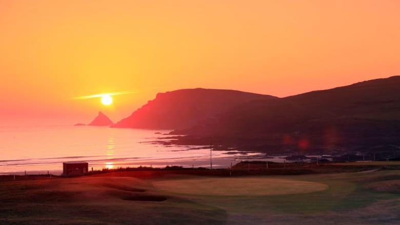 """ألوان الغروب """"النارية"""" ترسم لوحة خلابة في سماء ملاعب الغولف"""