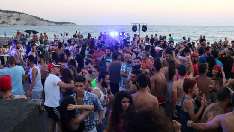 سوريون على شاطئ وادي قنديل في مدينة اللاذقية الساحلية