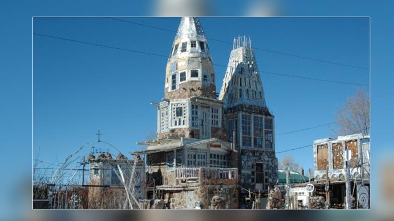 قصور من النفايات.. شاهدوا هذه المباني المعمرة بقطع خردة ومواد مستعملة