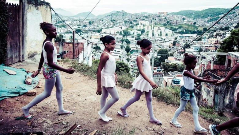 تنانير وردية وراقصات باليه في أعنف أحياء ريو الفقيرة