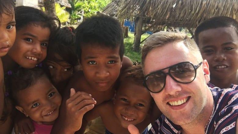 كيف أصبح هذا المدوّن مليونيراً من خلال السفر حول العالم؟