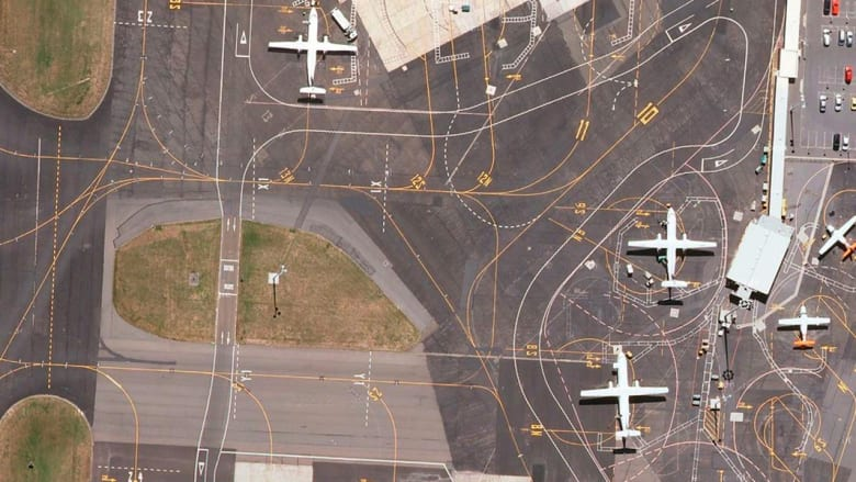 كيف تتحول مدرجات المطار من تصاميم منطقية إلى لوحة فنية من نافذة الطائرة؟