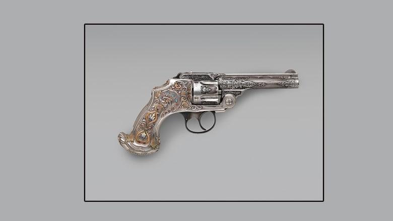 """أسلحة رمزية من """"تيفاني"""".. عندما يجتمع الموت والجمال"""