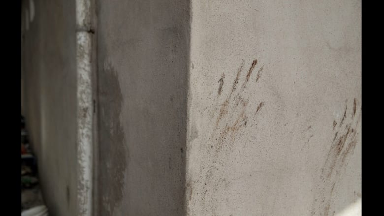 """داخل منازل عناصر """"داعش"""" المهجورة بعدسة مصور سويدي"""