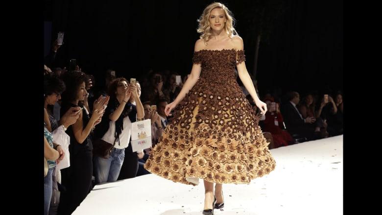 """نساء تغطي أجسادهن الشوكولاتة و""""البون بون"""" بعرض أزياء لبناني"""