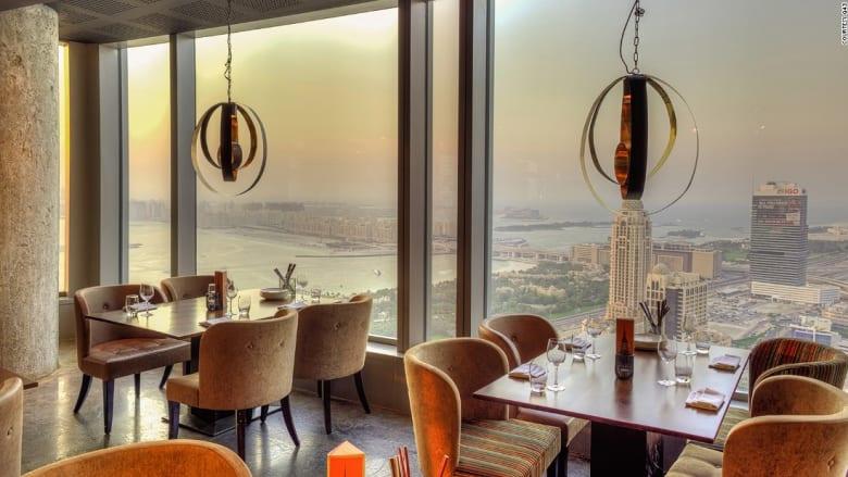 تناول الطعام بالسماء في قلب دبي