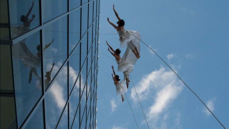 أقصى درجات التهور.. هؤلاء الراقصون يتحدون كل قوانين الجاذبية