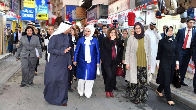 بالصور: أردوغان في متحف إسلامي بحريني وزوجته بزي مميز في شوارع المنامة