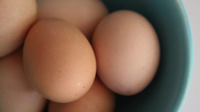 """جوز وطماطم ورمان وأفوكادو..أطعمة """"سحرية"""" لجمال البشرة والشعر معاً"""
