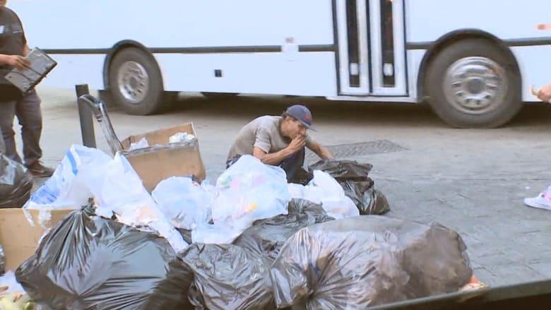 فنزويلا.. أغنى من السعودية بالنفط وشعبها يأكل من حاويات القمامة