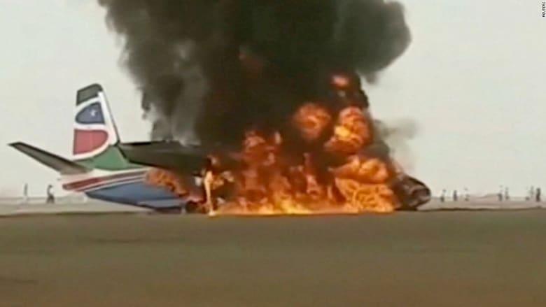 شاهد.. لحظة تحطم طائرة ركاب واشتعال النيران فيها لدى هبوطها