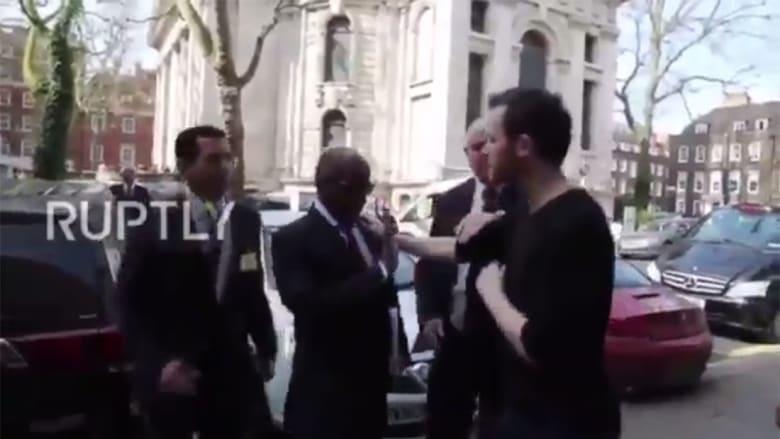 """تداول فيديو """"يثبت"""" عدم اعتداء عسيري على متظاهر هاجمه بلندن"""