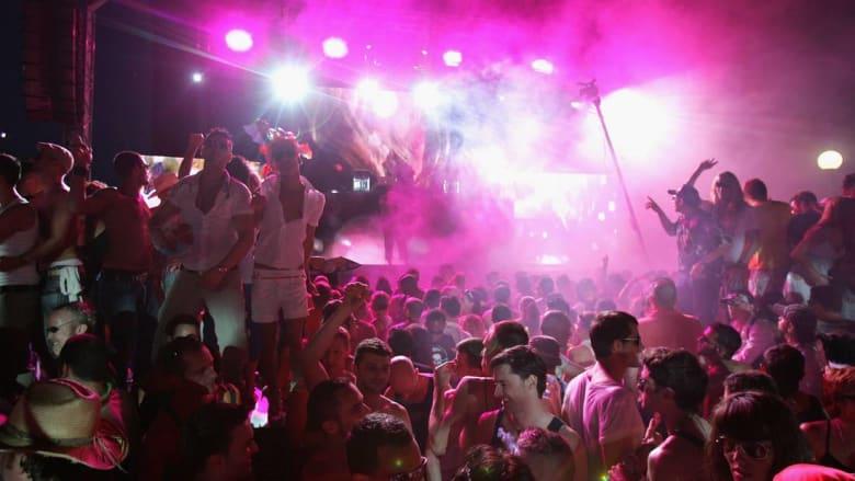 محكمة تونسية تقضي بالسجن عاما كاملا لفنان إنجليزي دمج الموسيقى بالأذان