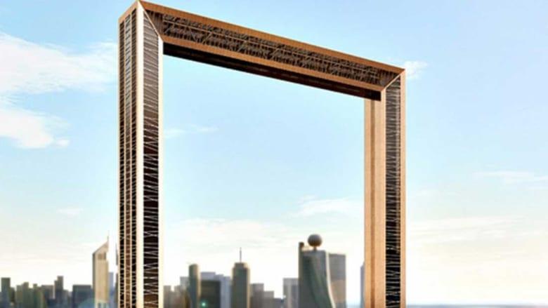 """أحدث إضافة إلى أفق دبي.. برج """"برواز دبي"""" المغطى بلون الذهب"""