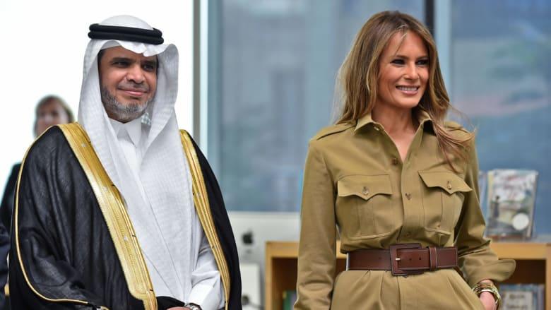 السيدة الأولى ميلانيا ترامب تقف بجانب وزير التعليم السعودي أحمد العيسى خلال زيارة للمدرسة الأمريكية الدولية في العاصمة السعودية الرياض