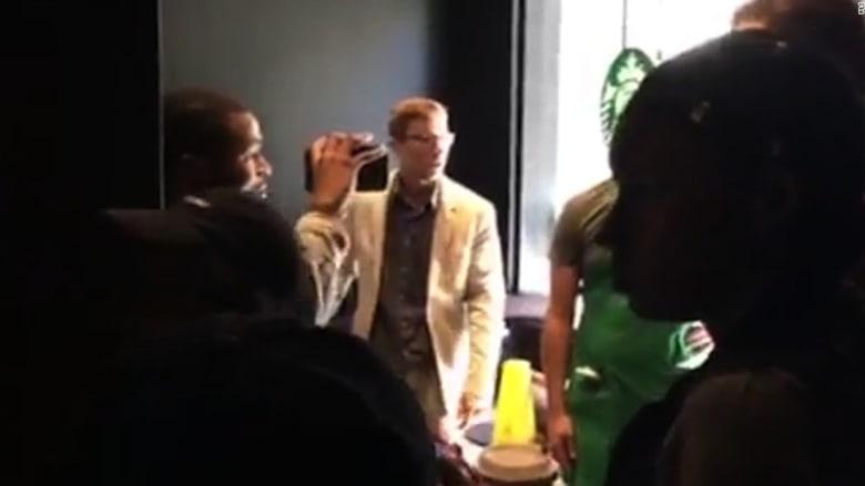"""شاهد.. العنصرية تدفع رجلان للمضاربة أمام مقهى """"ستار بكس"""""""