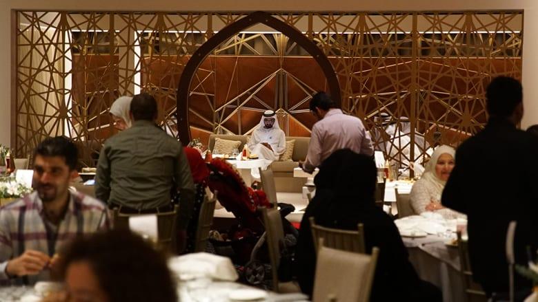 لن تُصدق كيفية تحول هذه القاعة إلى مكان للإفطار في دبي