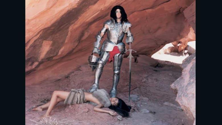 """أجساد عارية ووجوه مشوهة.. في عالم هذا الفنان """"الساخر"""""""