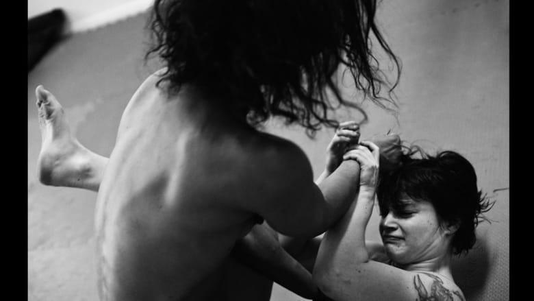 نظرة داخل عالم النساء المصارعات