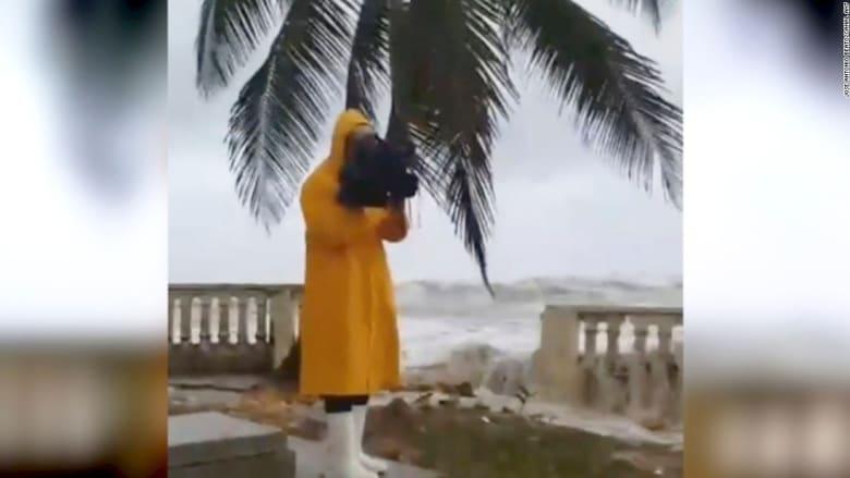 """شاهد.. مصور كادت تغرقه أمواج البحر التي سببها إعصار """"إرما"""""""