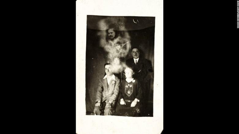 """صور تاريخية تلتقط """"أشباحاً"""" يظهرون في إطارها"""