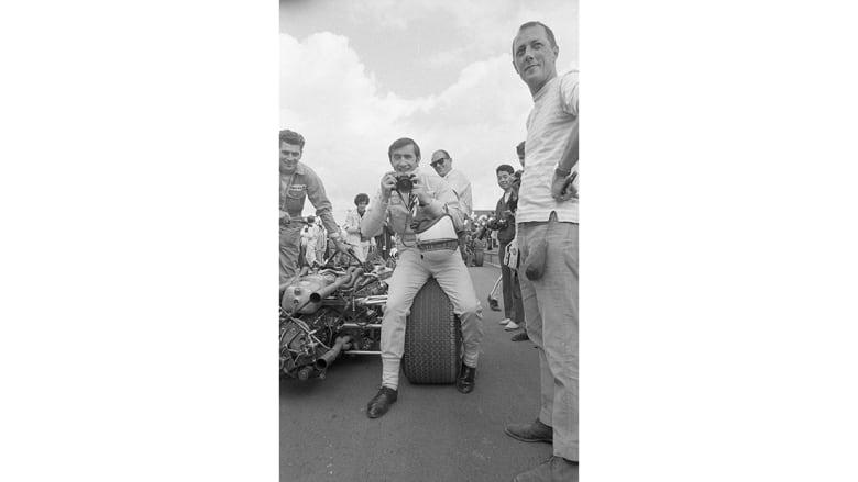 خمسة عقود من الأدرينالين: هكذا خلّد هذا المصور المتمرد رياضة السيارات