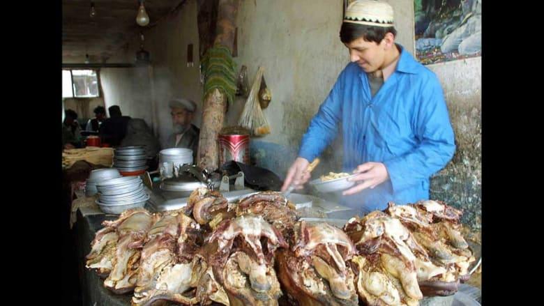 """""""كروش"""" وأفاعي وخصى الثور.. هذه أغرب الأكلات حول العالم!"""