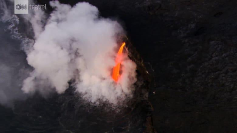 شاهد.. جولة خاصة جدا فوق بركان نشط وغابات مطيرة