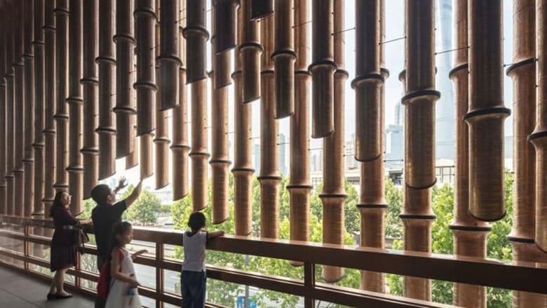 مبنى بلون برونزي دائم التحرك بالصين