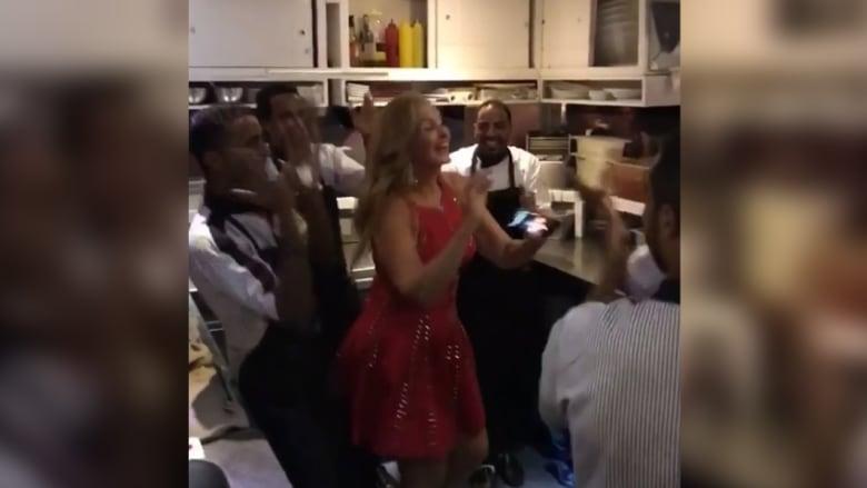 """شاهد.. يسرا ترقص على أنغام """"3 دقات"""" في مطبخ بصحبة عمال مطعم"""