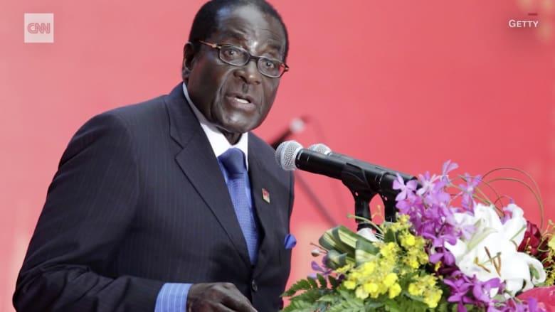 حكمه يقترب من النهاية بعد 4 عقود.. من هو روبرت موغابي؟