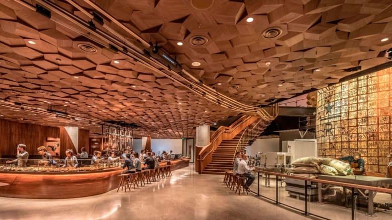 """أهلاً بكم إلى داخل أكبر مقهى لـ""""ستاربكس"""" في العالم"""