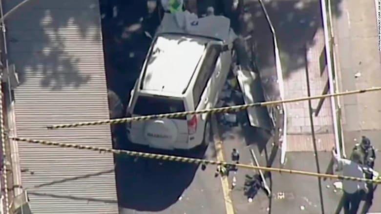 شاهد.. سيارة تدهس عددا من المارة في أستراليا