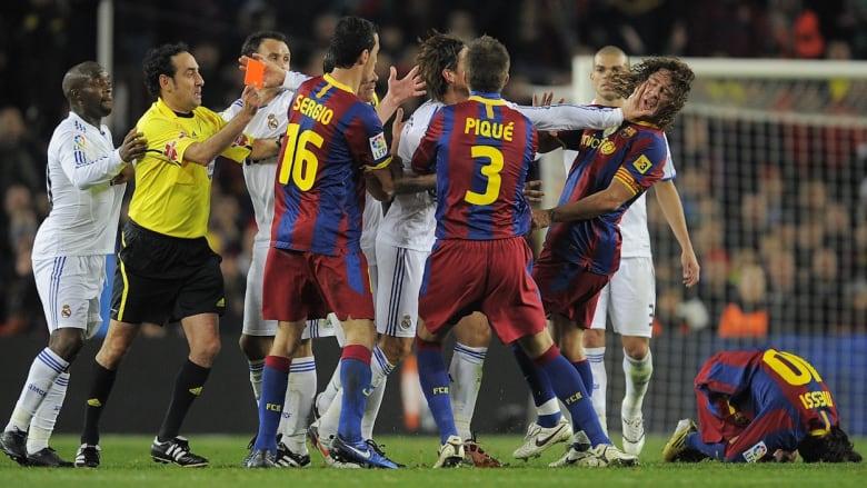 شاهد.. الجانب العنيف من الكلاسيكو بين لاعبي برشلونة وريال مدريد