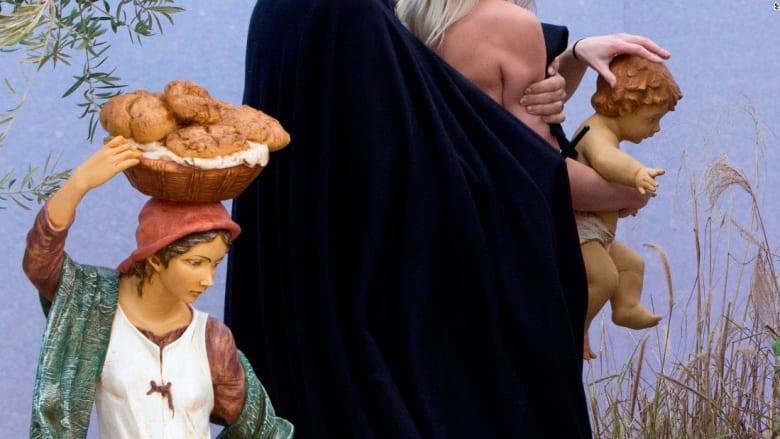 ناشطة عارية الصدر تحاول سرقة دمية الطفل يسوع في الفاتيكان