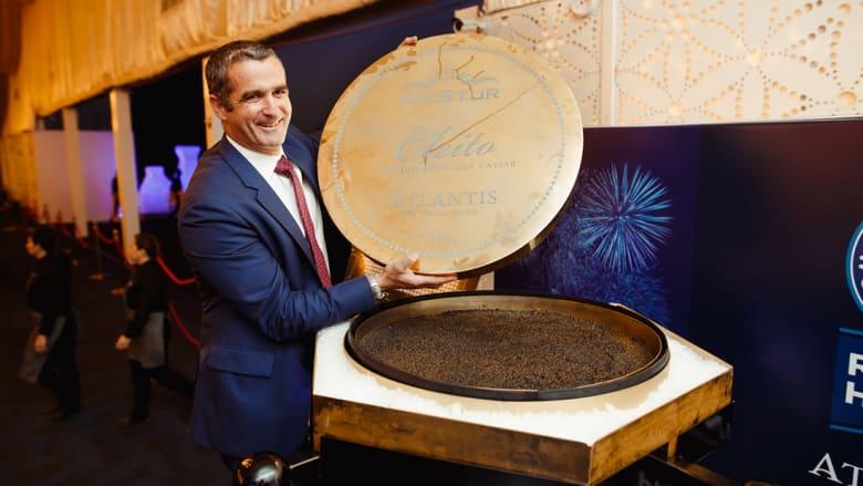 قد تزن مثلك.. أكبر علبة كافيار في العالم تُقدم في دبي!