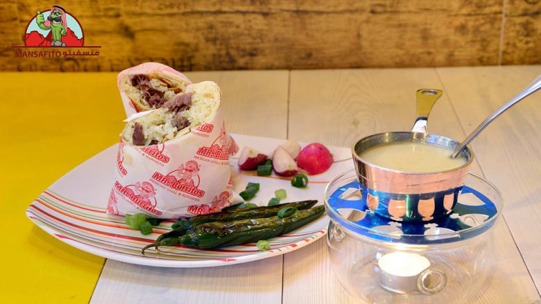 """آخر صيحات الطبق الوطني الأردني.. """"شطيرة"""" منسف وكوب من الجميد!"""